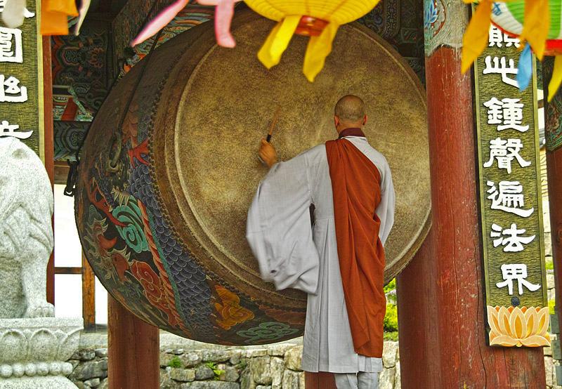 Drachentrommel am Haeinsa Tempel - Südkorea Mönch beim morgendlichen Schlagen der großen Drachentrommel